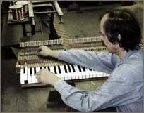 Michael Masur beim Überprüfen der Tastenluft nach Neugarnierung der Klaviatur.
